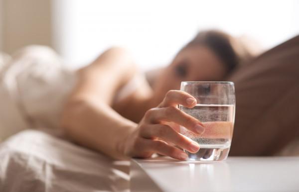 """Suyu gece gezmelerinizin bir parçası haline getirin: Eğer barda iseniz, her kokteyl için bir bardak su alternatifinizin olması gerektiğini zaten biliyorsunuz. Fakat evde iseniz her gün yatağa gitmeden önce en az bir bardak su içmeyi alışkanlık haline getirin. Sadece su ihtiyacınızı karşılamakla kalmaz aynı zamanda akşamdan kalma halinizi de azaltır.  Beslenme ve Diyet Uzmanı MERVE TIĞLI ÇINAR  <a href=  http://saglik.mahmure.com/diyet-fitness/Su-icerek-zayiflamanin-yollari_1078705 style=""""color:red; font:bold 11pt arial; text-decoration:none;""""  target=""""_blank""""> Su İçerek Zayıflamanın  Yolları"""