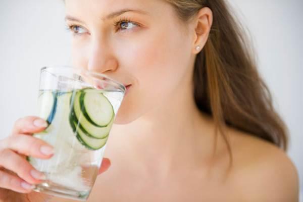 Günlük su tüketiminizi arttırmak istiyor fakat başaramıyorsanız bir de bu ipuçlarını deneyin;  Kendi lezzetinizi ekleyin: Suyu tek başına içmek sıkıcı veya zor olabilir. Bunun yerine mağazalarda da gördüğümüz tatlandırıcılardan veya doğal olmasını tercih ederseniz kuru meyve  parçaları, nane veya portakal dilimleri ekleyebilirsiniz. Lezzetinin daha da artması için birkaç saat buzdolabında bekletebilirsiniz.
