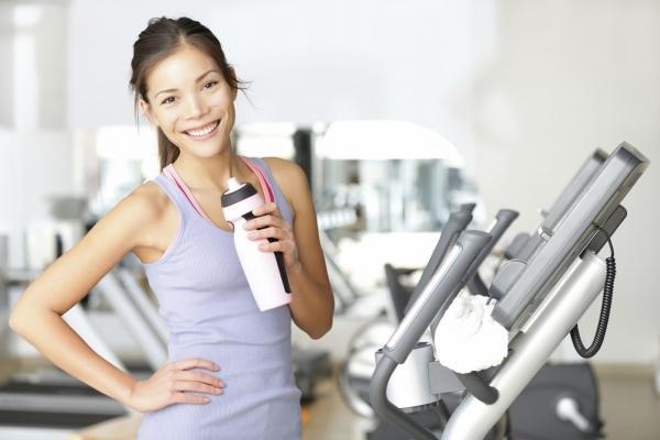 Spor salonuna hazırlayın: Siz kaslı kişilerin sürekli su odasına gidip litrelerce su içtiğini mi sanıyorsunuz? Bir su şişesi almadan spor salonuna gitmek ve içecek almak için koşu bandını duraklatmak siz dakikalar kaybettirecektir. Bu yüzden spor salonuna hazırlıklı gidin.
