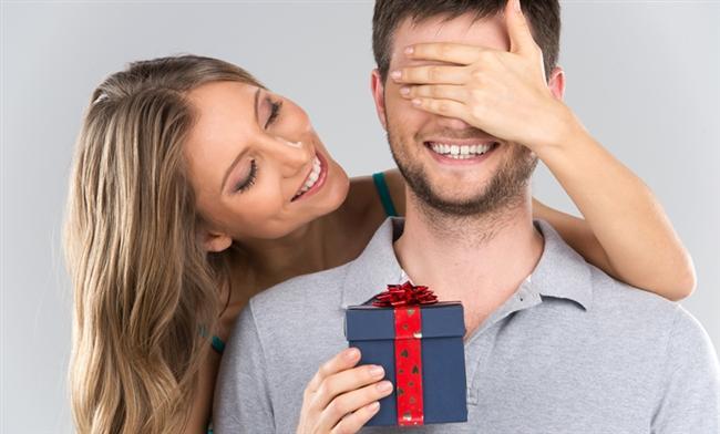 Sevgililer günü geldi çattı.Ama ne alacağınıza hala karar veremediniz mi? Sevgilinizin burcuna göre hediye seçimi işinizi kolaylaştırabilir. İşte size yardımcı olacak burçlara göre hediye seçenekleri...   Koç  Ona kendini daima genç ve enerjik hissettirecek eşyalar alabilirsiniz. Ama yeni moda ve marka olmasına da dikkat edin. Başı veya saçları için kullanabileceği herhangi bir aksesuar, takı veya enerjik ve dinamik kokulardan çok hoşlanacaktır. Hediye seçerken, spor yaparken kullanacağı ürünleri de tercih edebilirsiniz. Arabası için seçeceğiniz bir hediye de ona keyif verir. Çok enerjik ve sinirli biriyse kırmızı renkten kaçınmalısınız.