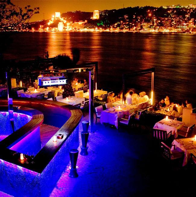 """Lacivert Restaurant & Bar  Boğazın en nadide köşesinde konumlanarak mavinin en güzel tonlarıyla bizleri buluşturan Lacivert Restaurant, Executive Şef Hüseyin Ceylan ve ekibinin hazırladığı özel menüyü sevgililere sunacak. """"Ballı badem ve kestaneli aşk tatlısı"""" ile gecenizin tatlı bir sonla bitmesini planlayan restoran, unutulmaz bir gece geçirmek isteyenleri bekliyor.  Adres: Anadolu Hisarı Mah. Körfez Cad. No:57 İstanbul Telefon: (0216) 413 37 53"""