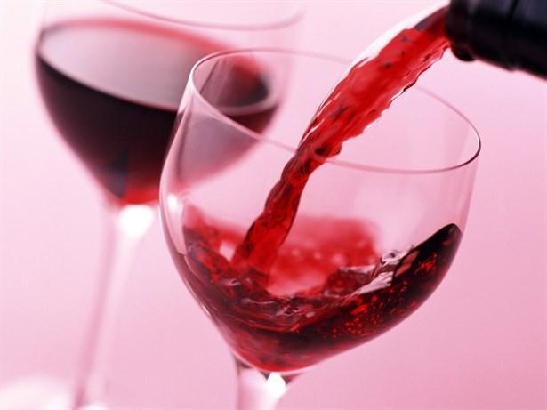 Sevgililer Günü'nde kırmızı şarap  Eğer herhangi bir sağlık probleminiz yok ise Sevgililer Günü'nün içeceği şarap olsun. Ancak miktar olarak sınırsız davranmamaya özen gösterelim.