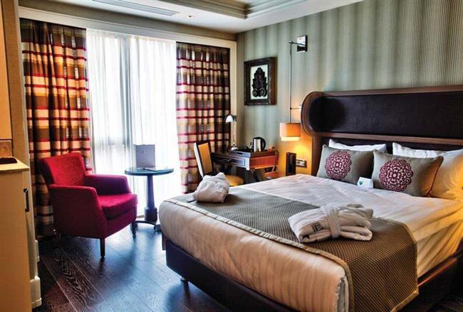 Titanic Hotels  Özel menü, büyüleyici manzara ve aşka dair sürprizler… Titanic Hotels, Sevgililer Günü için tek gecelik ve iki gecelik özel konaklama paketleriyle çiftlere romantik anlar sunuyor. Paketlerinde yer alan 30 dakikalık masajlar, Love Dinner ve Deluxe Room'da konaklarken First Kiss kahvaltıyla kendinizi ve sevdiğinizi şımartacaksınız. Ayrıca bir saatlik özel golf dersiyle de farklı bir deneyim yaşabilirsiniz. Alacağınız pakete göre fiyatlar 470 TL ve 690 TL arasında değişiyor.