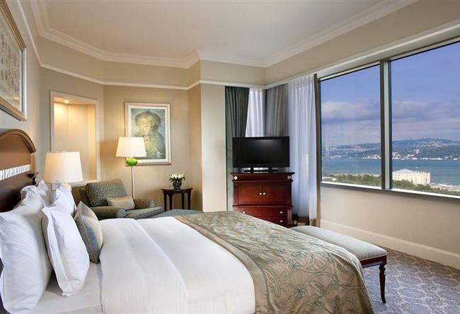 """The Ritz-Carlton  Bu yıl 14 Şubat Sevgililer Günü hafta sonuna denk geldiği için ister sevdiğinizle """"doğadan masaya"""" konseptli restaurant Atelier Real Food'da Sevgililer Brunch büfesinden doyasıya yemek yiyebilir ya da gitar dinletisi eşliğinde romantik bir akşam yemeğiyle unutulmaz bir akşam geçirebilirsiniz. The Ritz-Carlton, Spa'nın sunduğu çiftler için hazırladığı bakımları da elbette unutmamak gerekiyor. İki kişilik akşam yemeği 620 TL, brunch 310 TL.  Adres: Elmadağ Askerocağı Cad. Süzer Plaza No:6 Harbiye Şişli/İstanbul Telefon: (0212) 334 44 44"""