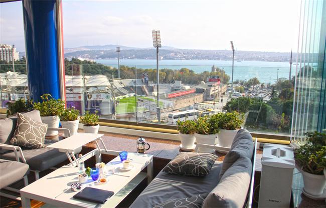 """Mövenpick Hotel Istanbul  Mövenpick Hotel Istanbul, Sevgililer Günü'nde büyülü bir gece geçirmeniz için dünyaca ünlü Romeo ve Juliet müzikalinin İtalyan oyuncusu ve müzisyen Riccardo Maccaferri'nin sahne alacağı sürprizlerle dolu bir yemek düzenliyor. 13 Şubat 2016'da iki kişi konaklama, AzzuR Restaurant'ta iki kişilik Sevgililer Günü akşam yemeği, ertesi gün muhteşem bir açık büfe kahvaltı ve odada kalp şeklinde çikolata ikramını içeren Sevgililer Günü konaklama paketi gecelik 199 Euro (KDV hariç).  Adres: Büyükdere Cad. No:4 4.Levent-İstanbul Telefon: (0212) 319 29 29  <a href=  http://foto.mahmure.com/yasam/sevgililer-gunu-icin-mekan-onerileri-ve-fiyatlari_40256 style=""""color:red; font:bold 11pt arial; text-decoration:none;""""  target=""""_blank"""">Sevgililer Günü İçin Mekan Önerileri ve Fiyatları"""