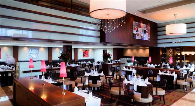 Hilton İstanbul Bomonti  İstanbul manzarasıyla romantizmi yaşamaya ne dersiniz? Cloud 34 'Sushi Lounge'ta ödüllü şef Yannis Manikis'in imzasını taşıyan enfes tatlarla sevgilinizi şımartma şansı bulacaksınız. Özel sushi menüsü, şarap eşleştirmeleri ile birlikte kişi başı 240 TL.   90 dakikalık paket sauna ve buhar banyosu, aromaterapi masajı, tazeleyici mini cilt bakımı, meyve servisi dahil iki kişilik spa hizmeti 480 TL.   Adres: Silahşör Cad. No: 42 Şişli-İstanbul Telefon: (0212) 375 30 00
