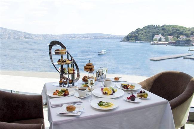 The Grand Tarabya  Deniz manzaralı odalar, Sevgililer Günü ikramları, The Brasserie veya Limani Balık'ta canlı müzik eşliğinde sınırsız içkinin olduğu akşam yemeği... Bu özel günde romantik bir kaçamak yaşamak isterseniz The Grand Tarabya'nın kahvaltı dahil menüsü 475 Euro.   Adres: Kireçburnu Mah. Haydar Aliyev Cad. No:74 İstanbul Telefon: (0212) 363 33 00