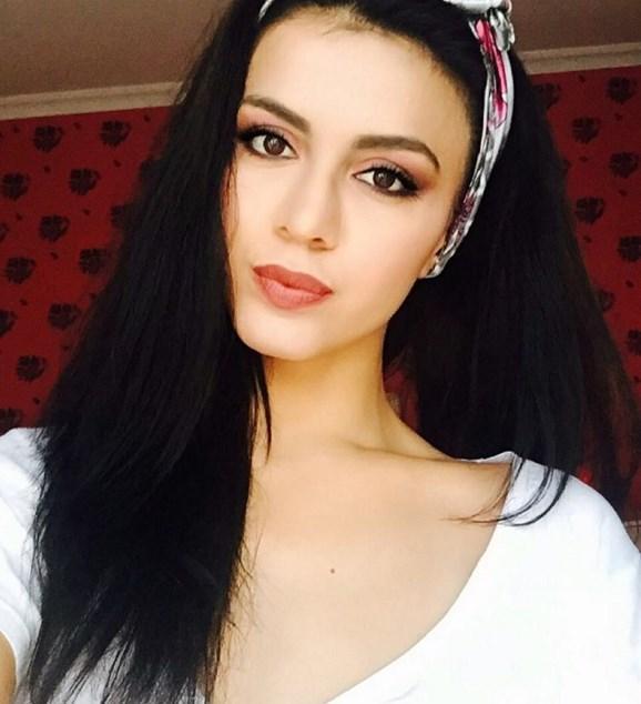 Özge Sarı  1991 İzmir doğumlu Özge Sarı, Afyon Kocatepe Üniversitesi Turizm Seyehat İşletmeciliği mezunu.