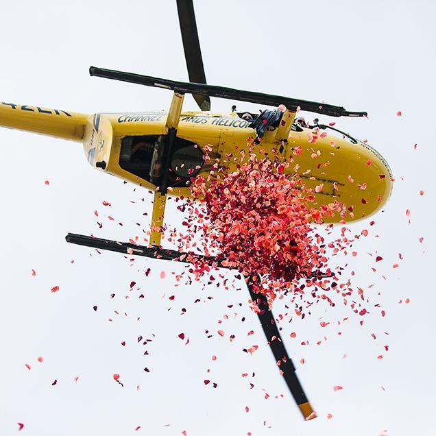 Sevgilinizin evinin üzerine helikopter ile kırmızı gül döktürebilirsiniz! Tabii bu genelde biz kadınların beklediği bir hediye ama siz bir farkındalık yaratabilirsiniz!