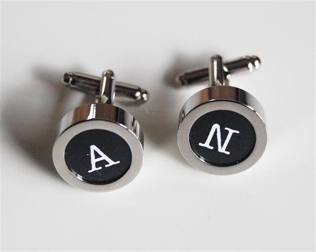Baş harflerinizi özenle seçtiğiniz kol düğmelerine bastırabilirsiniz. Kendini özel hissedecektir...
