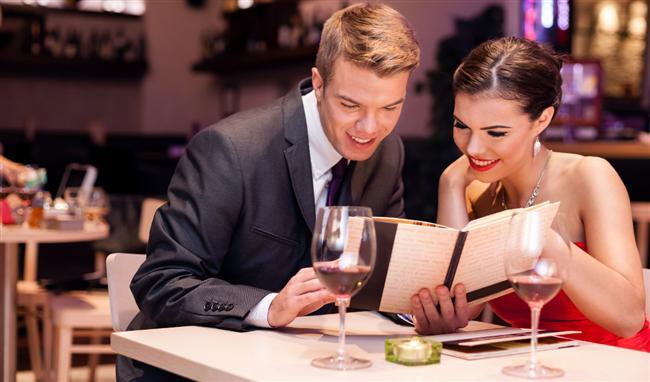 """İstanbul'un gözde otellerinde romantik dakikalar geçirmek, sevgililer gününe özel menülerden yiyerek köpüklü şarabınızı içmek ve keyifli sohbetler etmek de bir seçenek olabilir. Dilerseniz sizin için hazırladığımız """"Sevgililer Günü İçin Otel Önerileri ve Fiyatları"""" haberimize göz atabilirsiniz.  Sevgililer Günü İçin Otel Önerileri ve Fiyatları"""