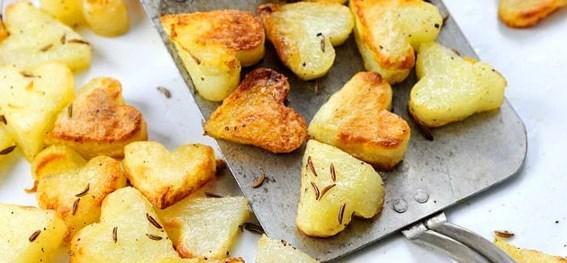 Yemeği kalp şeklinde yapamasanız da yanındaki aperitifler kalp olabilir...  Kalp şeklindeki patatesleri yapmak sandığınızdan daha kolay. Minik bir kalp şeklinde kurabiye kalıbı ile patatesleri kesip bol baharat ve biraz zeytinyağıyla karıştırın ve fırına verin.  Malzemeler:(4 kişilik)  * 6 adet patates * 1/4 su bardağı zeytinyağı * Tuz  İsteğe bağlı:  * 1-2 diş sarımsak * sarımsak tozu * soğan tozu * kaşar peyniri ya da parmesan * limon suyu * kekik * kimyon  Fırında kalp şeklinde patates kızartması yapılışı:  Patateslerin kabukları soyulur 1 cm kalınlığında dilimlere  ayrılır ve minik kalp şeklindeki kesici ile patates dilimlerinin üzerine bastırılarak kalp şeklinde minik patatesler elde edilir.  Patatesler kaynar suda 3 dakika pişirilir ,sudan alınan patatesler soğutulur ,ıslaksa havlu ile kurutulur.  Bir kabın içerisine zeytinyağı koyulur tuz kimyon kekik ve ince doğranmış sarımsak eklenir ,marine karışımı patateslere eklenir . Patatesler marinede 5 dakika kadar bekletilir .Delikli kevgir yardımıyla alimünyum kağıt serili tepsiye alınarak yayılır.  Önceden ısıtılmış 205 derecede  altın rengine dönüşünceye kadar yakmadan yaklaşık 20-25 dakika pişirilir , sıcak olarak servis edilir.