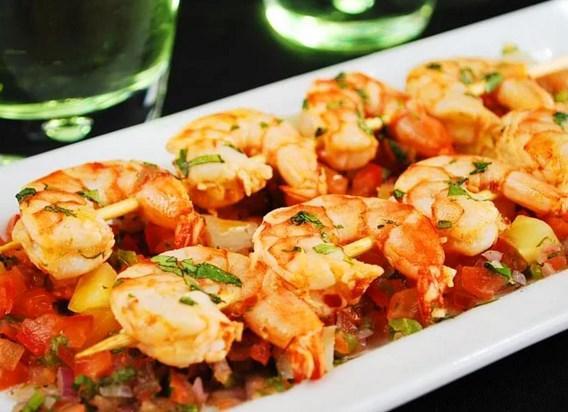 Deniz ürünleri olmazsa olmaz...  Malum kabuklu deniz ürünlerinin libidoya etkisi yüksektir. Bu durumda kendilerini Sevgililer Günü masasına davet etmemek olmaz. Deniz ürünlerinin en güzeli karides bu masaya en yakışacak yiyecek!  Malzemeler:  * 500 g. taze patates  * 8 dis sarımsak * 2 yemek kaşığı zeytinyağı * 2 domates (cekirdekli kisimlari cikarilmis ve dogranmis) * 500 g. buyuk boy karides * ince doğranmış maydonoz * Tuz ve taze çekilmiş karabiber  Yapılışı: Patatesleri ve sarimsakları tavaya yerlestirin. 1 kaşık zeytinyağını üzerlerine gezdirin ve 25 dk. kadar patatesler yumusayana kadar pişirin. 25 dk. sonunda sarimsakları çıkarın ve geri kalan zeytinyağı ile karıştırıp çatalla iyice ezin. Sarimsaklı yağ karışımını, domatesleri ve karidesleri tavaya koyun. Karidesler pisene kadar yaklasık 6 dk. kadar pişirin. Tuz ve taze çekilmiş karabiber ekleyin. Maydonozu üzerine serpiştirin.