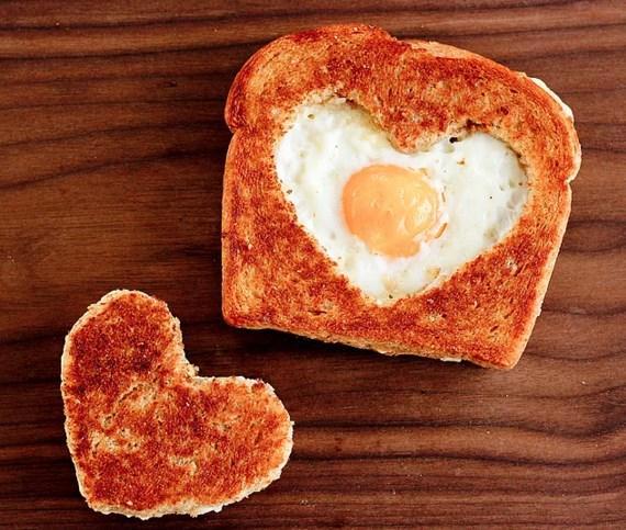 Yemekle uğraşamam derseniz o zaman enfes bir kahvaltıya imza atabilirsiniz.  En sevdiğiniz öğün kahvaltıysa eğer o zaman size minnoş bir yumurta fikri verebiliriz.  Yapılışı:Ekmeğin içini kalpli kurabiye kalıbınızla kesip çıkarıyorsunuz, tavayı biraz yağlayıp ekmeği koyuyorsunuz, ekmek tavada biraz ısındıktan sonra içine yumurtayı kırıyorsunuz. Tabi kalan kalpli kısmı da böyle kızartabilirsiniz.  Kaynak: Onedio
