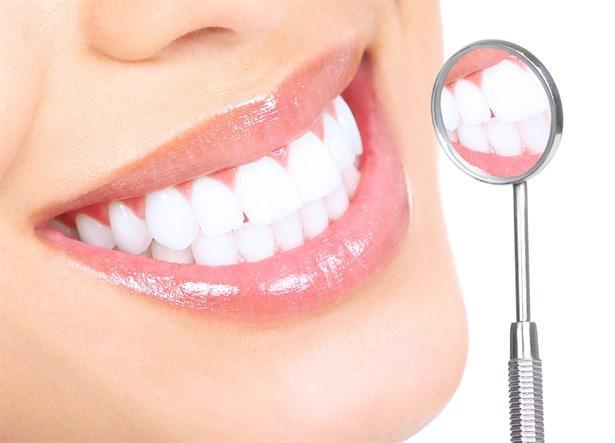 """Dişlerinizi ve dişetlerinizi koruyun  Diş çürükleri, diş eti iltihapları ağız kokusunun önemli nedenlerindendir. Ağız içi herhangi bir enfeksiyon bakteri üremesini artıracağı için daima ağız kokusuna neden olur. Bu nedenle diş hekimizin önerilerini mutlaka dinlemelisiniz.  <a href=  http://saglik.mahmure.com/genel-saglik/agiz-kokusu-nasil-gider-video_1097520 style=""""color:red; font:bold 11pt arial; text-decoration:none;""""  target=""""_blank""""> Ağız Kokusu Nasıl Gider? (Video)"""