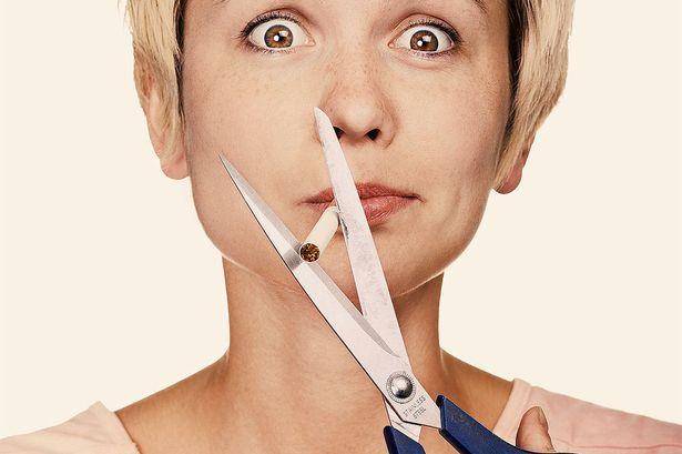 """Sigara içmeyin  Sigara içmek ağız kuruluğuna neden olduğundan ağız kokusuna sebep olur. Ayrıca diğer bir ağız kokusu nedeni olan diş eti hastalıklarına da zemin hazırlar.  <a href=  http://saglik.mahmure.com/genel-saglik/agiz-kokusu-nasil-gider-video_1097520 style=""""color:red; font:bold 11pt arial; text-decoration:none;""""  target=""""_blank""""> Ağız Kokusu Nasıl Gider? (Video)"""