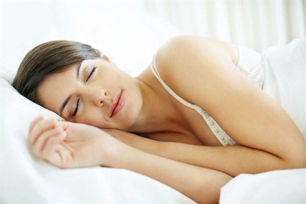 Asla burnunuz tıkalı uyumayın   Sinüzit gibi hava yolu rahatsızlıkları ve burun tıkanmasına neden olan diğer durumlar geceleri ağızdan nefes almamıza neden olur. Bu durum ağzı ve boğazı kurutarak bakterilerin üremesi için ideal bir ortam oluşturur. Azalan tükürük salgısı durumu daha kötü hale getirir. Bu nedenle kesinlikle burnunuz tıkalı uyumamalısınız.