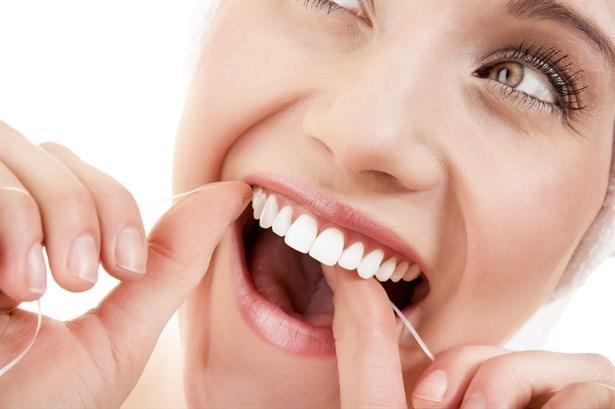 Diş ipi kullanın  Diş ipi sayesinde fırçanın çıkaramadığı yerlerdeki bakteri ve yemek artıklarını sökebilirsiniz. Özellikle diş gövdeleri arasındaki dar bölgelerde biriken yemek artıkları hızlı bakteri çoğalmasına neden olabilir.