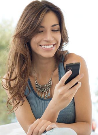 """Mesaj atın  İlişkinize aynı anda hem romantizm hem de biraz seksapel katmak için gün içinde partnerinizin cep telefonuna veya e-posta adresine erotik mesajlar göndermeyi deneyebilirsiniz. """"Seninle olmayı çok istiyorum, keşke şimdi yanımda olsan""""  ya da """"Akşamı bekleyemiyorum"""" gibi mesajlarla partnerinize özel bir gece yaşayacağınızın işaretini vermiş olursunuz. Böylece daha gece başlamadan romantizmi başlatabilirsiniz."""