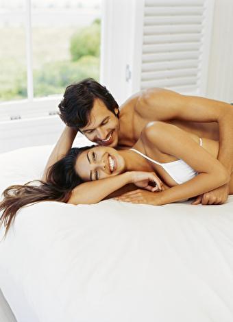 """Çılgın sevişme mi, romantik sevişme mi? Hangisi size daha yakın geliyor? Seks hayatına romantizm katmak isteyenler için önerilerimiz var.  İşte, hem sizin hem de eşinizin ruhuna hitap edecek, romantik seks taktikleri...  <a href=  http://foto.mahmure.com/ask-iliskiler/seks-ile-sevismek-arasinda-one-cikan-15-fark_39275 style=""""color:red; font:bold 11pt arial; text-decoration:none;""""  target=""""_blank""""> Seks ile Sevişmek Arasında Öne Çıkan 15 Fark"""