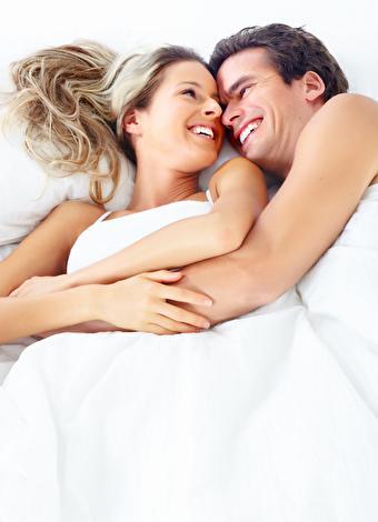 Kaşık pozisyonunu tercih edin  Kadın ve erkeğin yan yatıp sarıldıkları kaşık pozisyonu, en romantik ve sevgi dolu seks pozisyonlarından biri. Kaşık pozisyonunda birlikte aynı ritmle nefes alıp verdiğinizde birbirinizin vücut dilinden de etkilenebilirsiniz. Böylece kendinizi eşinizin vücudunun ve ruhunun  bir uzantısı gibi hissedeceksiniz. Ayrıca partneriniz elleriyle klitorisinizi uyarırsa romantizmin yanısıra çoklu orgazm da yaşayabilirsiniz.