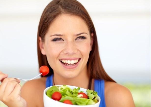 Salata   Diyet yaptığınız için salata yemeyi tercih edebilirsiniz fakat salatayı dışarıda yiyecekseniz soslu bir salata yememelisiniz. Çünkü özel soslarla yapılan bu salataların kalori bakımında bir hamburgerden çok da farkı yoktur.