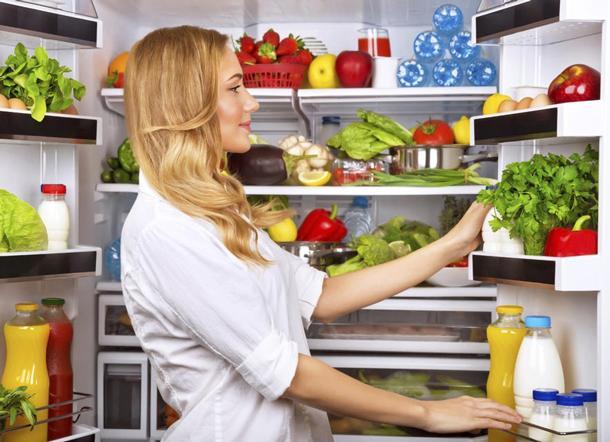 Stres   Beyin, vücutta enerjinin azaldığını fark eder etmez açlık hissetmemize yol açan kimyasal maddeler salgılar. Bu kimyasal maddeleri salgılayan kısmı, aynı zamanda duyguları da kontrol eder ve sıkıldığımız veya kendimizi kötü hissettiğimizde hemen buzdolabına koşmamızın başlıca sebebi de budur.