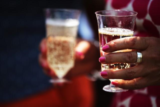 Toksinler   Karaciğer vücudun yağ yakan organıdır ve eğer alkol gibi toksinlerle doluysa yakma işlemi için daha yoğun çalışarak çok enerji harcar ve yorulur. Bu nedenle içki içerken yağ ya da şekeri çok fazla tüketmemeye dikkat etmelisiniz.