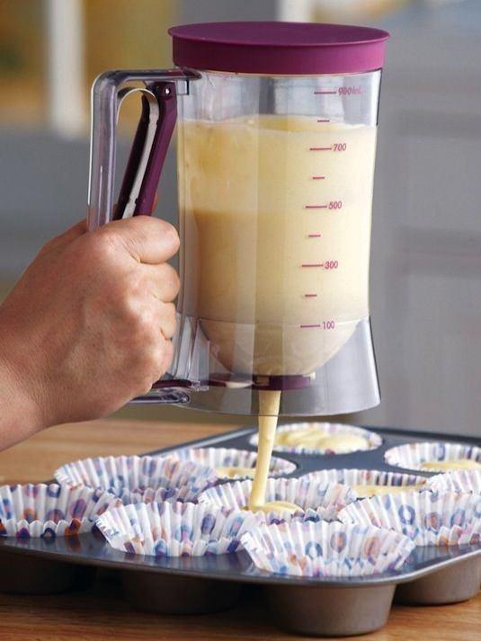 Kek Hamuru Dağıtıcı  Bu akıllı alet, kek yada muffin hamurunu ortalığı batırmadan muazzam bir ölçü ile dağıtmanızı sağlar. Pankekler için de kullanabilirsiniz.