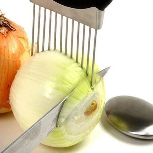 Soğan Tutacağı  Bu kullanışlı alet sadece soğanı tutmanıza değil, aynı zamanda rahat kesmenize de yardımcıdır.