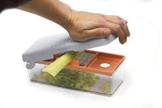 Doğrayıcı  3 değiştirilebilir bıçağa sahip bu alet sayesinde, küçük bir itme hareketiyle meyve ve sebzelerinizi istediğiniz büyüklükte kolaylıkla doğrayabilirsiniz.