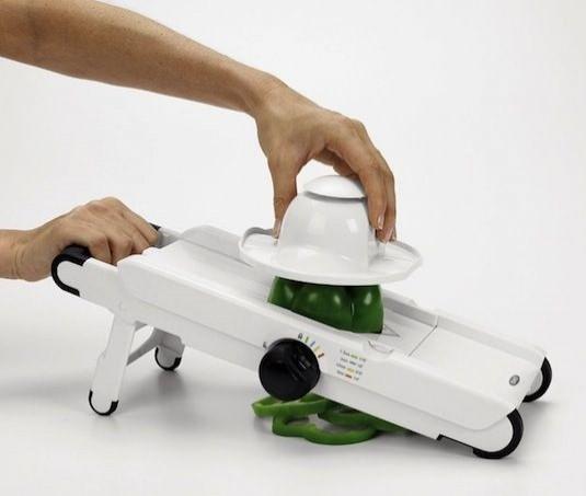 Manoline Dilimleyici  Dilimlemeyi zevkli hale getiren bu alet ile dilimlerin kalınlığını da ayarlayabilirsiniz.