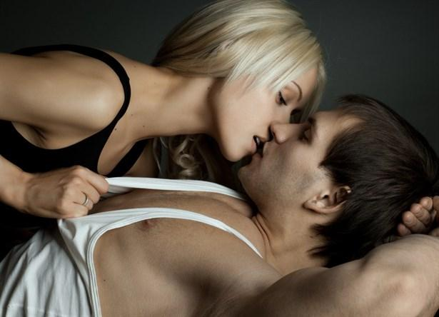 """10- Erkekler Seks Yapmayı Yemek Yemeye Tercih Ediyor!   Cinsellik de tıpkı yemek yemek gibi insanın en temel ihtiyaçlardan biri. Uzmanlar fareler üzerinde yaptıkları deneylerden yola çıkarak erkeklerin, cinsellikle beslenme arasında bir tercih yapma durumunda kaldıklarında ateşli bir geceyi çok lezzetli bir yemeğe yeğlediklerini öne sürüyor.  Fransa Ulusal Bilimsel Araştırma Merkezi (CNRS)'te nörobiyolojist olan Jean-Didier Vincent, erkek denek farenin beynindeki zevk merkezine elektrodlar yerleştiriyor. Fareye bir yemek seçenekli pedal, bir de zevk seçenekli pedal sunuluyor. Fare her seferinde ikincisini tercih ediyor. İşte Vincent buradan yola çıkarak erkeklerin de tıpkı fareler gibi midelerinin memnuniyetinden çok cinsel haz yaşamaya önem verdiklerini savunuyor. Bu araştırma, kadınların çoğuna hâkim olan """"Erkekler her zaman sekse hazır yaratıklardır ve çoğu zaman sevişmekten başka bir şey düşünmezler"""" önyargısını kuvvetlendireceğe benziyor.  <a href=  http://foto.mahmure.com/ask-iliskiler/erkeginize-vermeniz-gereken-seks-dersleri_5455 style=""""color:red; font:bold 11pt arial; text-decoration:none;""""  target=""""_blank""""> Erkeğinize Vermeniz Gereken Seks Dersleri!"""