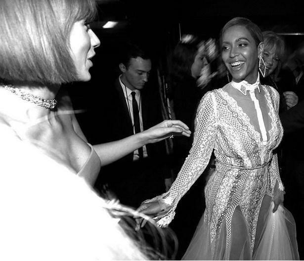 Pop'un bu iki kraliçesi, merhabalaştı.