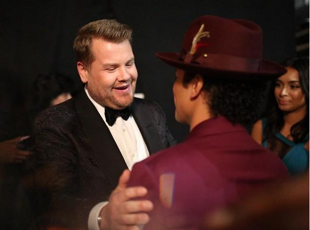 Bruno Mars ve James Corden; sahne arkasında sohbet etti.