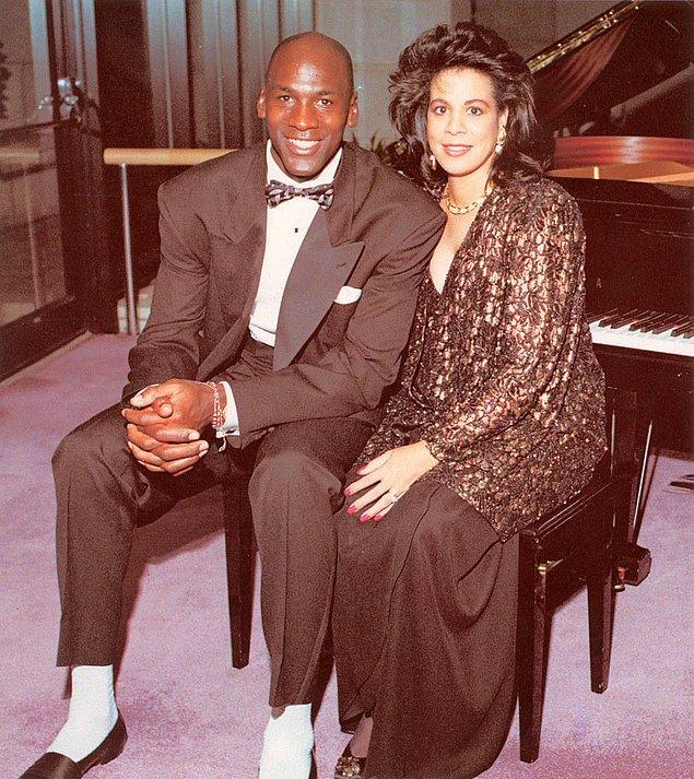 """Michael Jordan ve Juanita Jordan – 168 Milyon $  Karısından boşanmak isteyen Michael 17 yıllık evliliğini tek celsede bitirdi.  Karısı Juanita'ya çocuklarının velayeti, 168 milyon $ ve Chicago'daki süper lüks sarayını bıraktı.  <a href=  http://mahmure.hurriyet.com.tr/foto/magazin/dunya-liderlerinin-makyaj-ve-bakim-masraflari_42662 style=""""color:red; font:bold 11pt arial; text-decoration:none;""""  target=""""_blank"""">  Dünya Liderlerinin Makyaj Ve Bakım Masrafları!"""