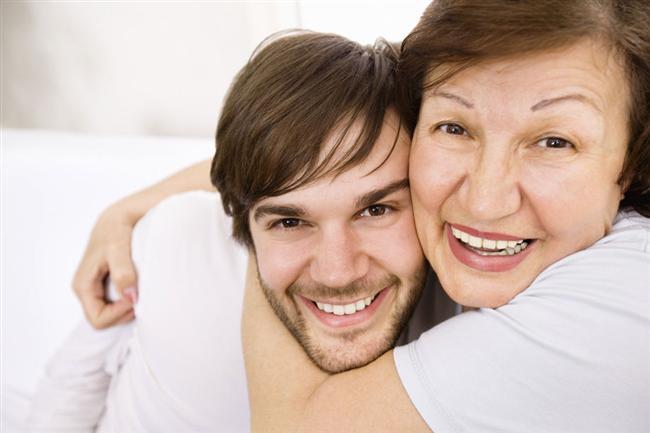 """Annesiyle ilişkisi nasıldır?  Bir erkeğin annesine davranış şekli, kadınlara verdiği değerin bir ön izlemesidir. Etrafınızdaki herkes """"anne kuzusu erkekten uzak dur"""" diyebilir. Siz onları dinlemeyin. Kendi annesine saygısız davranan erkek diğer kadınlara kim bilir neler yapar!  <a href=  http://foto.mahmure.com/ask-iliskiler/erkekleri-tanimanin-100-yolu_38805 style=""""color:red; font:bold 11pt arial; text-decoration:none;""""  target=""""_blank""""> Erkekleri Tanımanın 100 Yolu"""