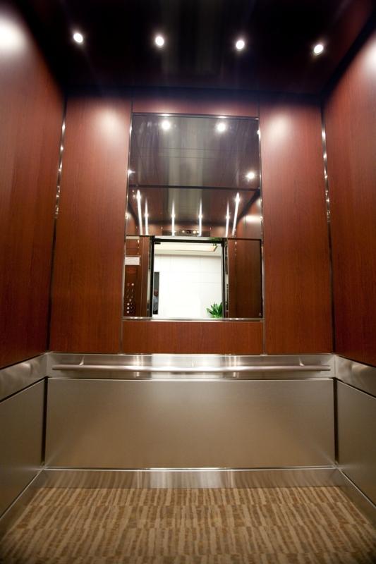 Asansörlere ayna konmasının birincil sebebi, kravatınızı ya da saçınızı düzeltin diye değil; kapıyı açınca kabinin yerinde olduğunu görün diyedir.