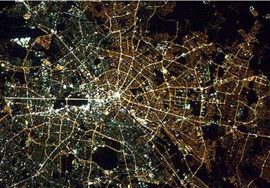 Berlin Duvarı yıkıldı ama, hala uzaydan bakınca Doğu Almanya ve Batı Almanya çok net bir şekilde fark edilebiliyor. Sebebi, iki tarafta aydınlatma için farklı tarz ampullerin kullanılması.