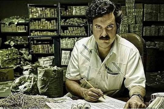 Pablo Escobar'ın uyuşturucu karteli o kadar büyüktü ki, her yıl 2500 dolarlık paket lastiği alınırdı. Paraları tutmak için.