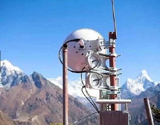 Everest parkurundaki 5200 metre yükseklikte bulunan ilk kamp alanına kurulan baz istasyonu sayesinde tüm Everest tırmanışı esnasında cep telefonunuz çeker.  İsveç merkezli mobil operatör firması TeliaSonera'nın sahip olduğu Ncell (Nepal'in Mobil Operatörü) kurmuş baz istasyonunu.