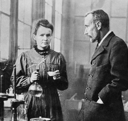 Radyoloji biliminin kurucusu Marie Curie'nin çalışma notları hala aşırı derecede radyoaktiftir. Bu yüzden özel izin ve özel kıyafetlerle görülebilir.
