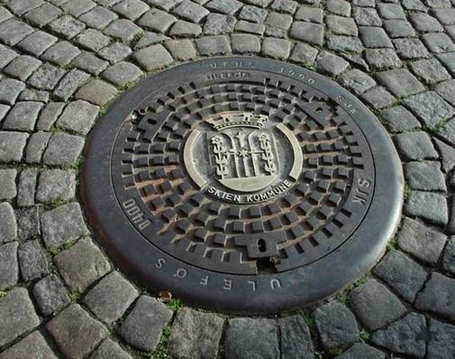 Rögar kapakları; kare, dikdörtgen ya da herhangi başka bir şekil olsaydı kapak kanalizasyonun içine düşebilirdi. Ancak dairesel şekildeki kapağın kanalizasyonun içine düşmesi imkansızdır.