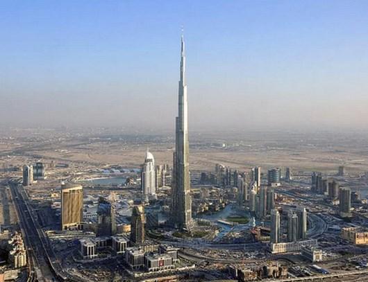 Dubai'deki Burj Khalifa gökdeleni o kadar yüksektir ki, Güneş'in doğuş ve batışını 2'şer kez izleyebilirsiniz. Burj Khalifa'nın tepesindeyken o kadar yüksektesinizdir ki, Dünya'nın yuvarlaklığını bile farkedebilirsiniz.