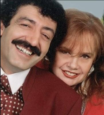 MUHTEREM NUR-MÜSLÜM GÜRSES  Onlar da resmi olarak evli olmadılar. Ama ünlü şakıcı Müslüm Gürses 2013 yılında hayatını kaybede dek hiç ayrılmadılar.  Çift Malatya'da bir konserde tanıştı. Konserde Gürses, Nur'dan sonra sahne aldı. Bu durumu kıskanan Nur'la Gürses arasında tartışma başladı. Tartışma uzayınca sinirlenen Gürses, Muhterem Nur'a bir tokat attı.