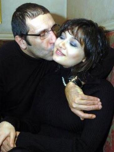 Özer yakında anne olacak sevgilisine sürpriz yaptı ve onu nikah memurunun karşısına çıkarttı. Çiftin mutluluğunu Osman Nejat adını verdikleri oğulları oldu. Çift 6 yıllık evliliğin sonunda 2010 yılında yollarını ayırdı.