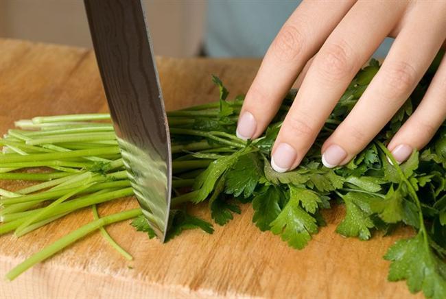 Salatalarınıza, yemeklerinize lezzet katan maydanoz… Antioksidan zengini, bol lifli, vitamin ve mineral deposu… Uzmanlar tarafından bolca tüketilmesi tavsiye edilen ve 100 gramı 36 kalori olan maydanozun yaprakları kolesterol ile yağ içermiyor. Maydanoz; A, C, E ve K vitaminleri ile B9 vitamini, yani folikasitin de iyi bir kaynağı. Aynı zamanda kalsiyum, potasyum ve demir minerallerinden de zengin.   Beslenme ve Diyet Uzmanı Gözde Gence, maydanozun yaşamsal önem taşıyan faydalarını anlattı ve önemli uyarılarda bulundu.  1. Bağışıklık sistemini güçlendiriyor  Maydanoz denilince akla ilk olarak bağışıklık sistemi geliyor. İçeriğindeki A, C, K vitaminleri ilefolat bağışıklık sisteminizi güçlendirirken, A vitamini aynı zamanda lenfosit ve beyaz kan hücreleri üzerinde doğrudan etkili oluyor.