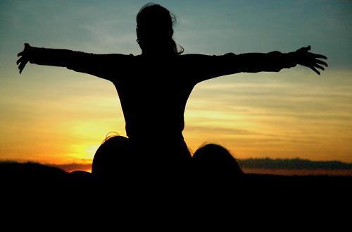 Farkındalığınızı artırın   Vücudunuzu, ruhunuzu, çevrenizi dinleyin. Sürekli kullandığınız güzegahta, daha önceden hiç fark etmediğiniz şeyleri keşfetmeye çalışın. Meditasyon yapın. Bu sayede vücut direnciniz artacaktır.