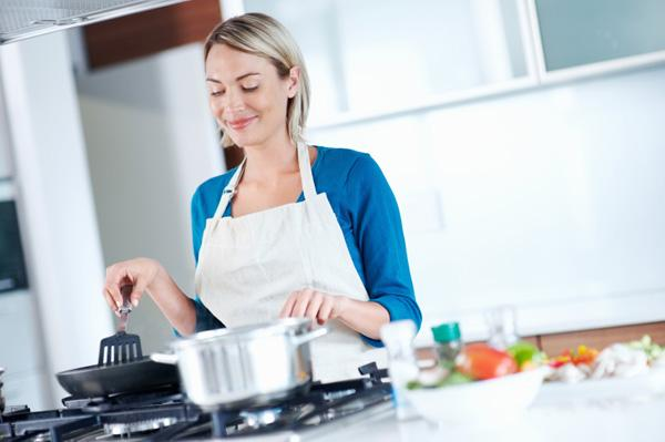 Yemek yapmayı öğrenin   Ancak bu sadece kendiniz için değil, çevrenizdekiler için de pişirmeyi bilecek kadar olsun. Şu an yalnız olsanız bile ilerde durum böyle olmayacak. Birlikte yaşamın gerekliliklerini daha iyi karşılayabilecek, aynı zamanda paradan da tasarruf edeceksiniz.