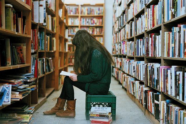 Çok okumaya başlayın   Şu an dünyayı, hayatı çok iyi anlıyor gibi düşünebilirsiniz, ancak belirli bir yaşa geldiğinizde hiçbir şey bilmediğinizi fark edeceksiniz. Bu krizi yaşamamak için şimdiden çok okuyun, zamanı geldiğinde çevrenizdekilere nasıl fark attığınızı göreceksiniz.